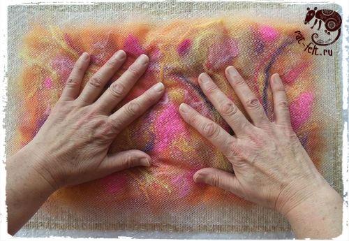 Важный момент в технике мокрого валяние - смачивание мыльным раствором