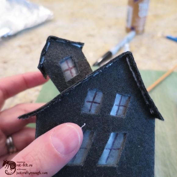 Почти готовый дом из фетра на Хэллоуин