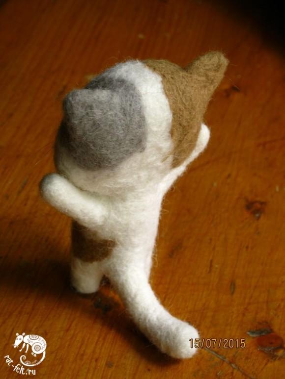 Валяный котенок вид сзади