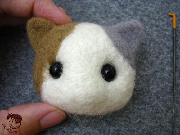 Примерка глазок котенку