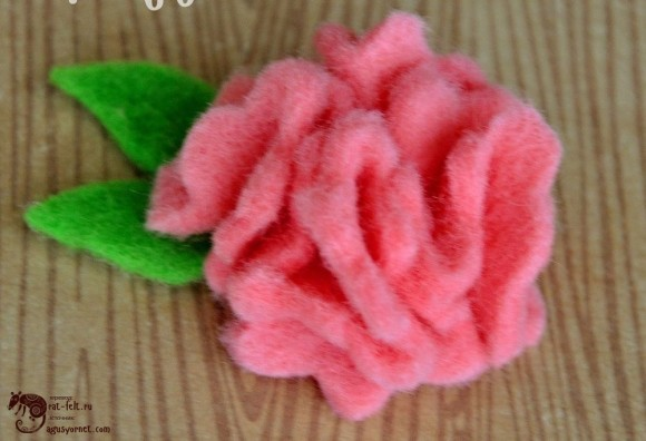 Розовая брошь из фетра в виде розы