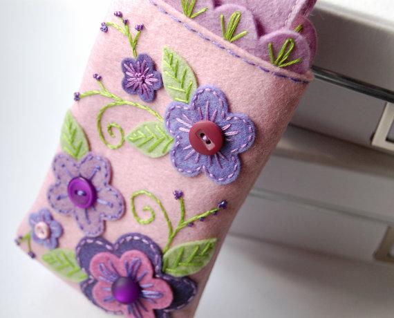 Симпатичная сумочка для телефона из фетра от SewSweetStitches