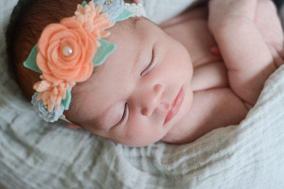 Цветок из фетра на головке младенца