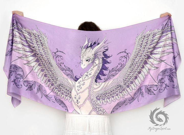 Миниатюра к статье Шелковые шарфы с драконами принесут волшебство в вашу жизнь