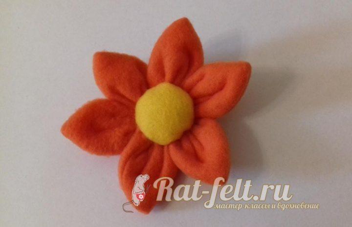 пришиваем центр флисового цветка