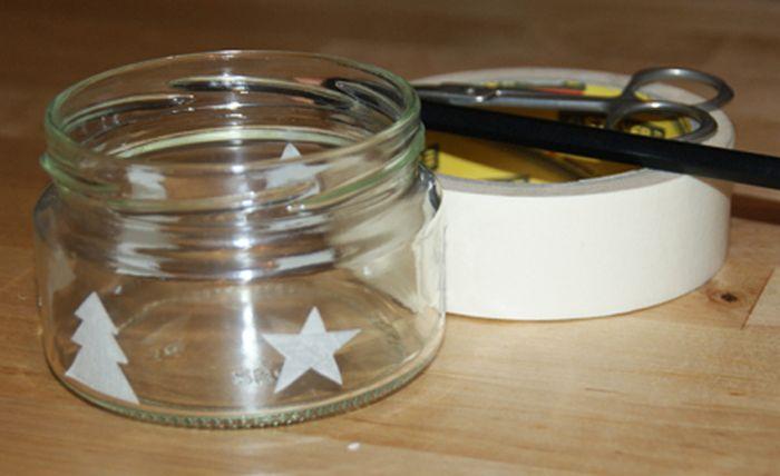 На скотче карандашом рисуем силуэты елочек и звезд, вырезаем