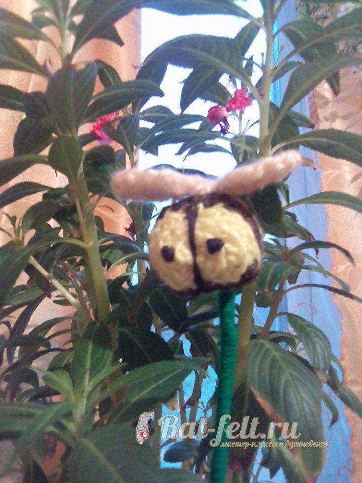 пчела крючком