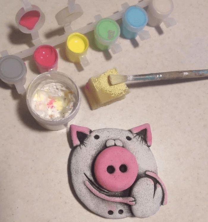 Уши окрашиваем розовым цветом