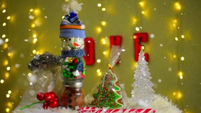 Стеклянный снеговик со сладостями