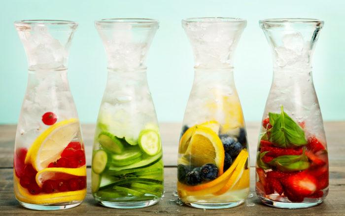 Бутылка со льдом и фруктами