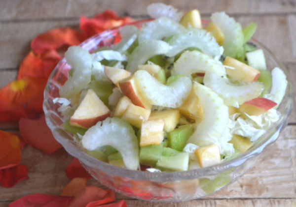 Салат с фруктами и сельдереем