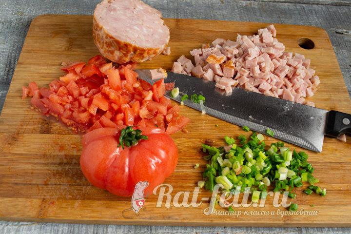 томаты и колбаса