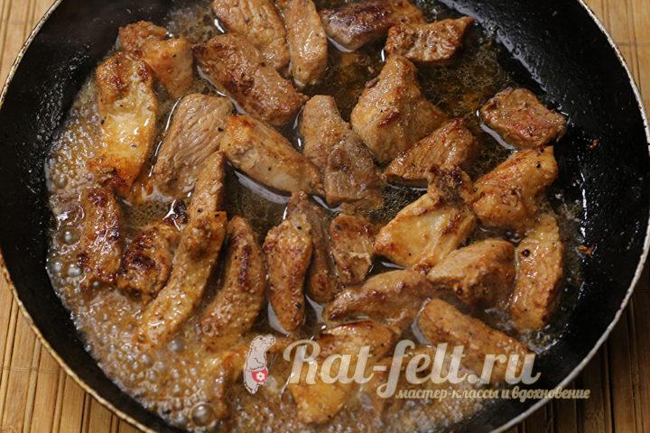 мясо жарится на сковороде