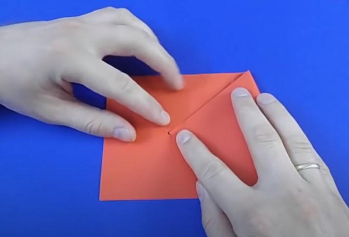 сгибаем бумагу к точке