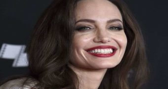Миниатюра к статье Анджелину Джоли парализовало на фоне нервов