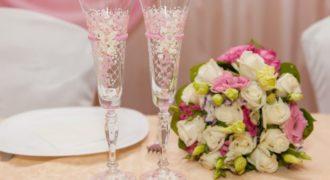 Миниатюра к статье Идеи украшения бокалов на свадьбу своими руками с фото