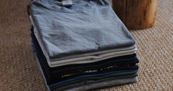 Миниатюра к статье Как быстро и аккуратно сложить футболку - 10 способов