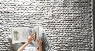 Миниатюра к статье Тепло для людей и зверей: уютные вещи крупной вязки от украинского дизайнера