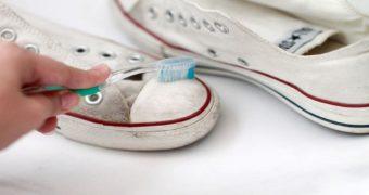 Миниатюра к статье Как отстирать белые кеды вручную и в стиральной машине