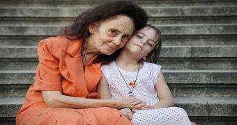Миниатюра к статье Женщина родила дочь в 67 лет (фото тогда и спустя 14 лет)