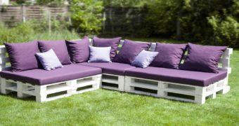 Миниатюра к статье 7 красивых проектов садовых диванов, которые можно сделать легко и просто