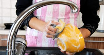 Миниатюра к статье Как сделать моющее средство для посуды самостоятельно: лучшие рецепты