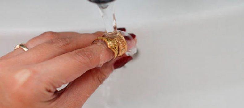 Миниатюра к статье Чистка золотых изделий своими руками: дешевые и действенные средства
