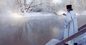 Миниатюра к статье Крещение в 2019 году: когда купаться в проруби 18 или 19 января