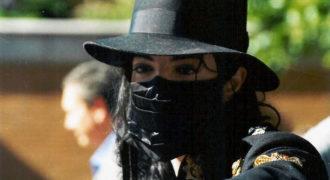 Миниатюра к статье Почему Майкл Джексон носил маску и пластырь на лице
