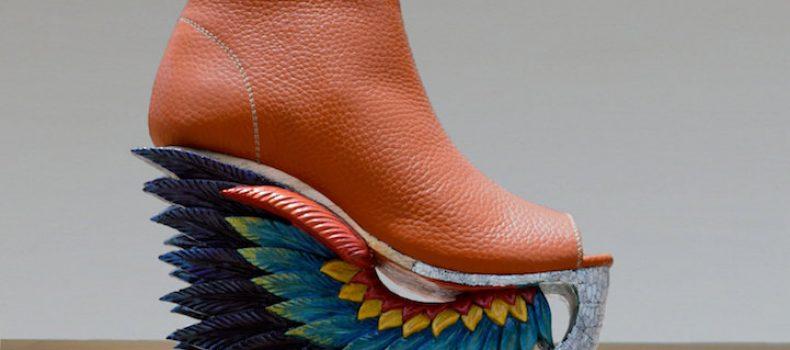 Миниатюра к статье Необычная обувь, каблуки который вырезаны в древней вьетнамской технике