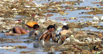 Миниатюра к статье Почему в Индии продолжают пить из самой грязной реки в мире