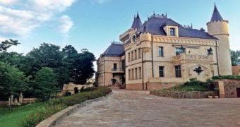 Миниатюра к статье Как выглядит замок Аллы Пугачевой и Максима Галкина в Подмосковье