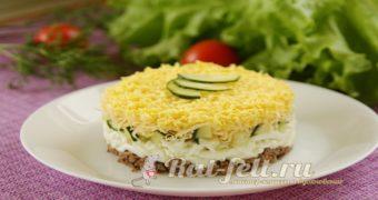 Миниатюра к статье Очень вкусный слоеный салат со шпротами