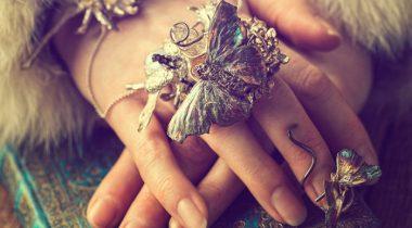 Миниатюра к статье Сказочные украшения в виде бабочек и жуков, созданные из серебра и камней