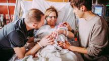 Миниатюра к статье 61-летняя американка родила ребенка для своего сына-гея и его парня