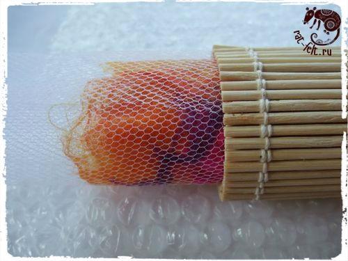 Катаем заготовку в бамбуковой салфетке