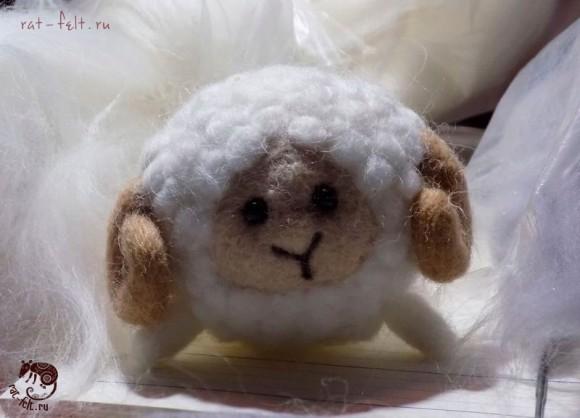 круглая овечка из шерсти