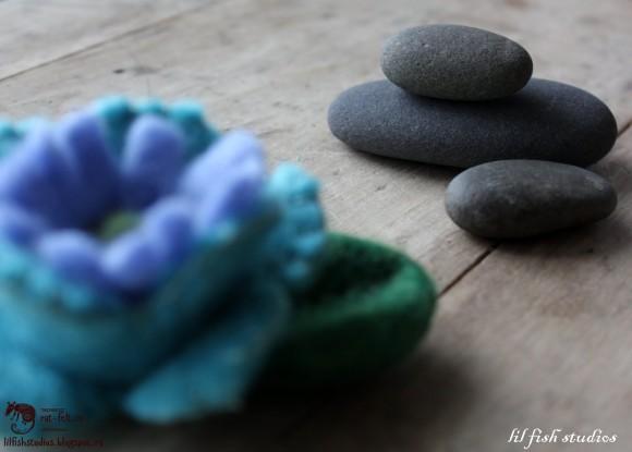 Камни и цветок