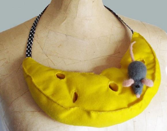 Ожерелье в форме сыра с мышкой