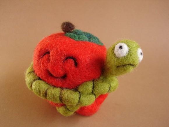Червивое яблоко из шерсти