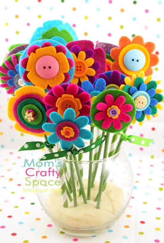 Чудное сочетание ярких пуговиц и фетра в букете от блога Moms Crafty Space