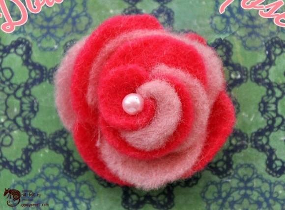 Красно-розовая фетровая роза