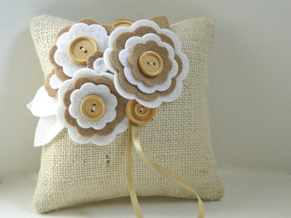 Пастельная подушечка с фетровыми цветами от PaperFlora
