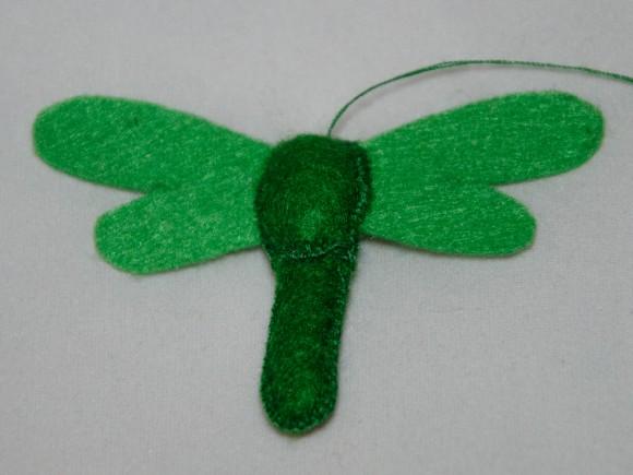 Сшитое туловище и крылья стрекозы