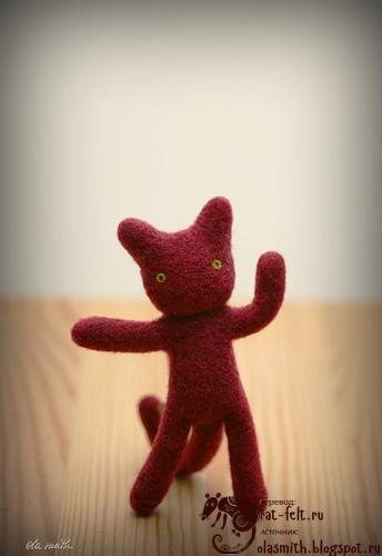 Готовый валянный брелок-котенок