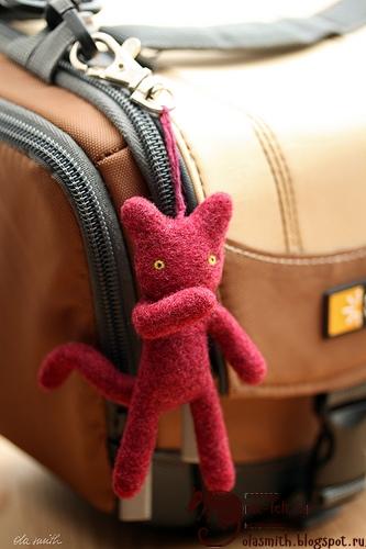 Котенок брелок из шерсти на сумке
