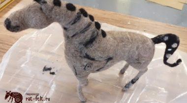 Миниатюра к статье Очаровательная валяная лошадь