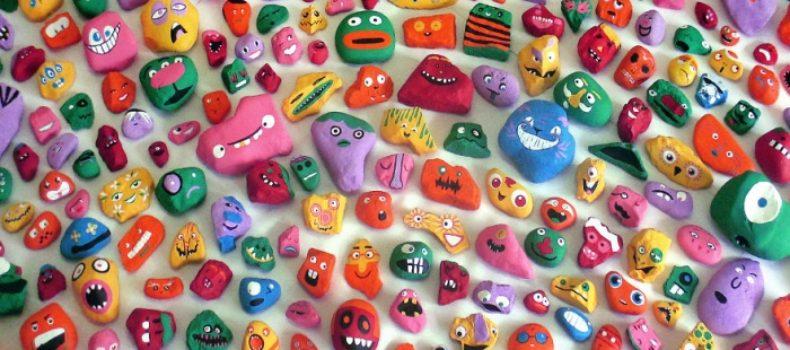 Миниатюра к статье Разрисованные камни, спрятанные по всему городу — чудо позитив!
